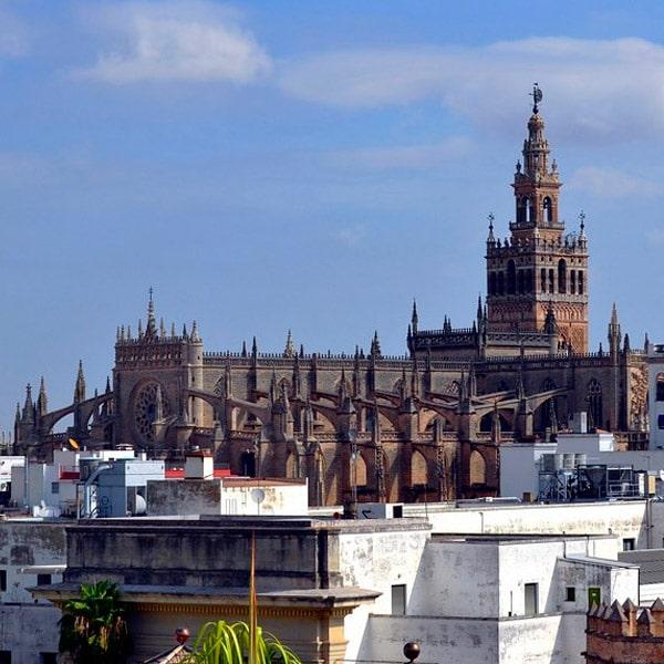 La Giralda sobre Sevilla
