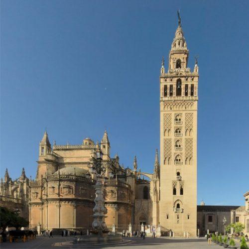 La Giralda y la Catedral desde el suelo